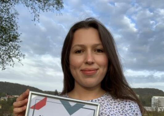 Alma Bradaric holder bilde av prisen