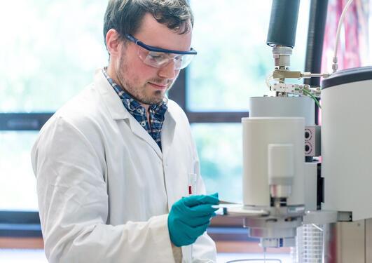 Utdanning, kjemi, student på laboratorium