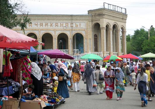 Usbekere i Kirgisistan følger nøye med regimeskiftet i naboland.