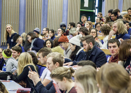 Internasjonalt mottak : Oversiktsbilde av studentene i auditoriet på Dragefjellet
