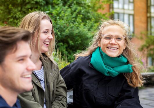 Tre smilende jusstudenter på Dragefjellet
