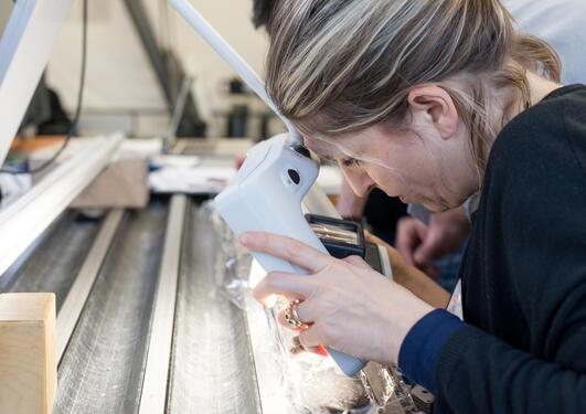 Forskere fra Atlantis Massif-ekspedisjonen ser på prøver av bergarter hentet fra bunnen av Atlanterhavet. Bildet viser etterarbeid som pågår ved Bremen Core Repository i Tyskland.