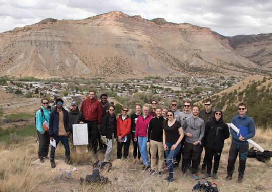 Gruppebilde fra Utah med fjellene i bakgrunnen