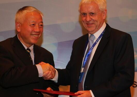 Quin Shadoe overrekte æresprofessorat til Stein Kuhnle. Kuhnle vart utnemnd mellom anna fordi han er ein av grunnleggjarane av Nordic Centre ved Fudan University i Shanghai.