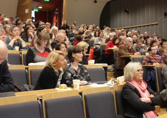 et fullsatt auditorium med ansatte
