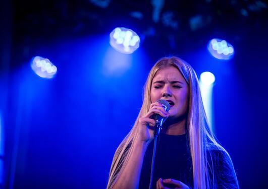Portrett av Amalie Holt Kleive som synger