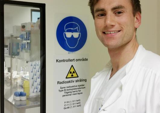 Farmasøyt Andreas Drangevåg utenfor område merket med advarsel mot radioaktiv stråling