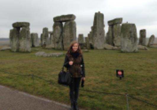 Bilde av dame ved Stonehenge i UK (Steiner)