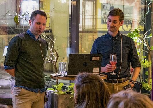 Pål Antonsen og Ole Hjortland holder innlegg om argumentasjonsmåter på Bergen Offentlige Bibliotek