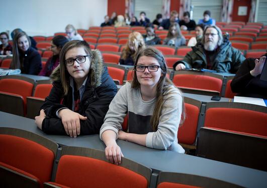 Richard Renè Klette og Karen Morvik Torød er nysgjerrig på terror, IS og migrasjon. De fikk stilt noe av nysgjerrigheten under åpen dag ved UiB.