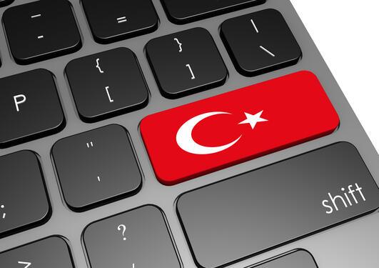 Tastatur med motiv fra det tyrkiske flagget på returtasten. Brukt som illustrasjonsfoto til sak om angrep på akademisk frihet i Tyrkia.