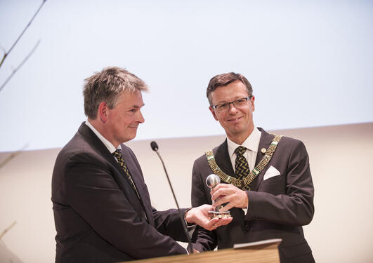State Secretary Bjørn Haugstad (left) hands the key to the hall to Dag Rune Olsen, rector of the University of Bergen.