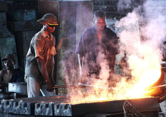 Bilete frå nettkurset, arbeidarar på smelteverk.