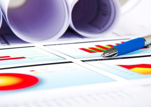 bildet viser en penn på papir med grafer
