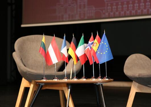 To stoler sammen med EU-flagg