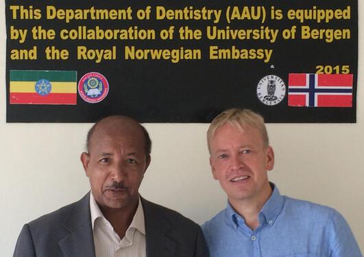Wondwossen Fantaye er leder av School of Denistry i Addis Abeba. Her er han sammen med UiB-professor Asgeir Bårdsen. Foto: Privat