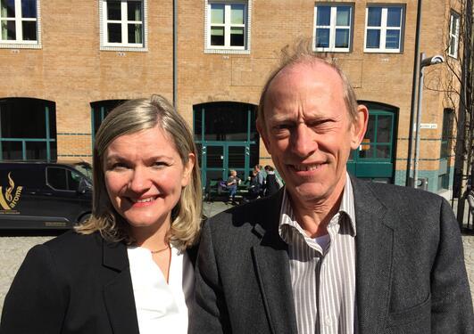 Professorene Jan Erik Askildsen og Ragnhild Louise Muriaas stiller som henholdsvis dekan og prodekan ved SV-fakultetet. Foto tatt utenfor fakultetsbygningen april 2017.