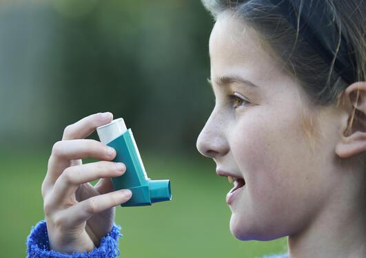 Barn med astmaspray.