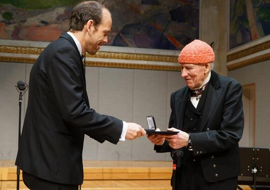 Atle Rothevatn mottar Olav Thon prisen fra Olav Thon
