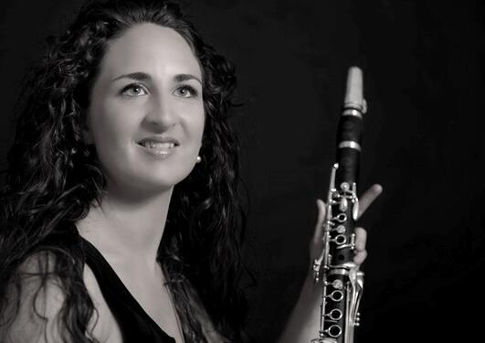 portrett av klarinettisten aurelie tropez som poserer med klarinett