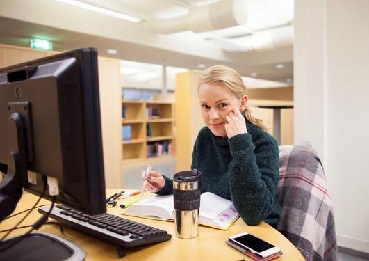 Bachelorstudent på lesesalen