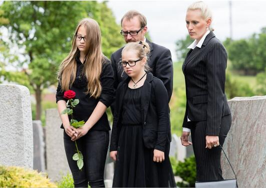 Familie ved gravsted