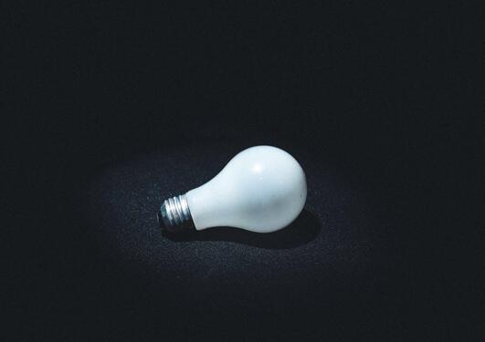 En lyspære på sort bakgrunn