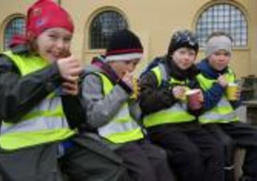 Skoebarn spiser niste på besøk hos Universitetsmuseet