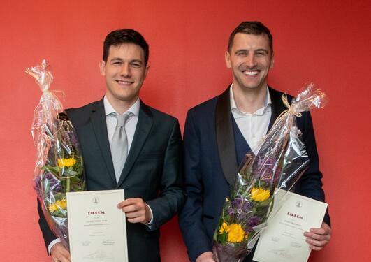 Student holder bøker