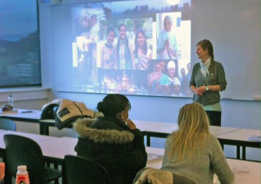 Bildet viser to elever som følger med på Nina Bergheim Dahls foredrag