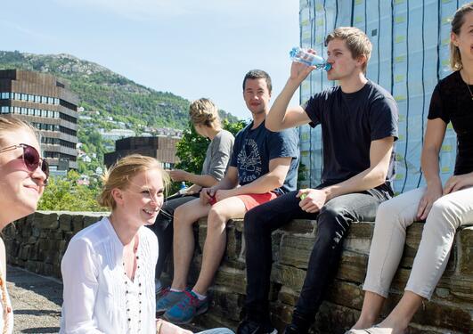 Studenter i solen utenfor realfagbygget