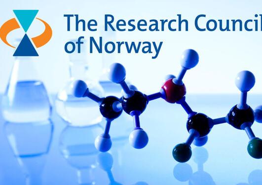 molekylmodeller på et bord og logo til Norges forskningsråd