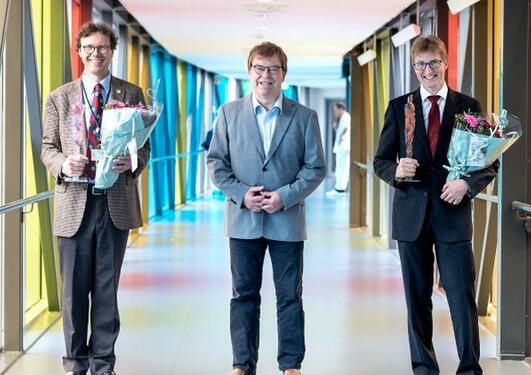 Pål Rasmus Njølstad (til venstre) får årets forskingspris på 200.000 kroner. Rolf Kellmann (til høgre) får innovasjonsprisen på 100.000 kroner. Her med Baard-Christian Schem, fagdirektør i Helse Vest.
