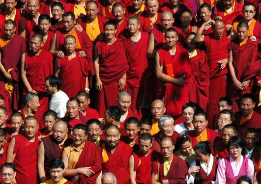 Ei samling av mange tibetanske munkar.