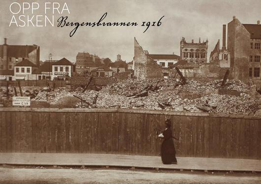 Kvinne studerer ruinene fra Bergensbrannen i 1916