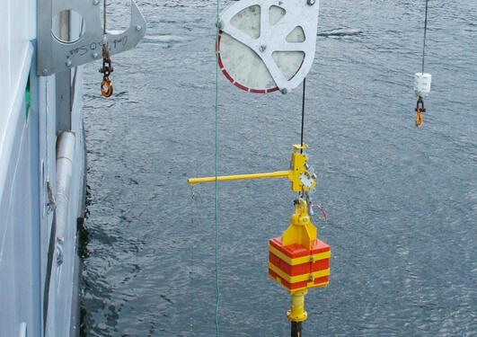 Calypso corer på vei ned til sjøbunnen