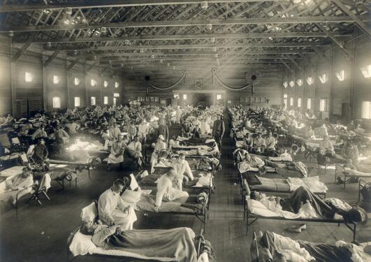 Bilde av hall med pasienter rammet av spanskesyken