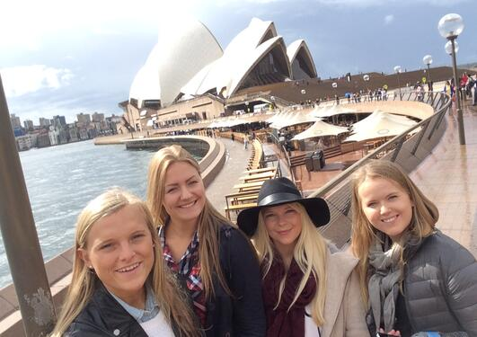 Jenter foran operaen i Sydney