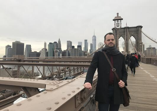 mann på en bro i new york