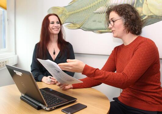 Kvinner jobber med kunstig intelligens, AI
