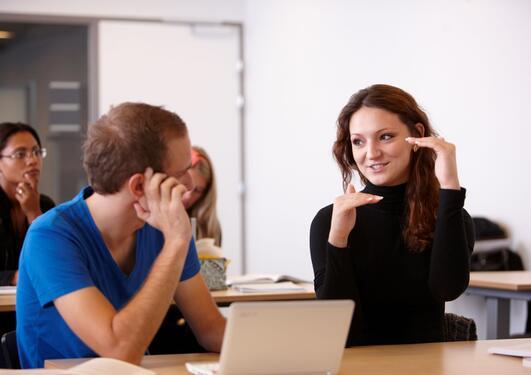 Bilde av to studenter i en studiesituasjon