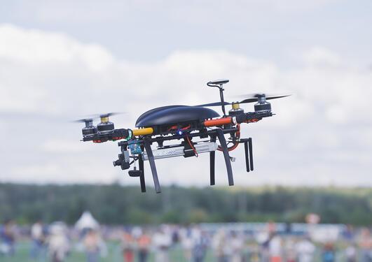 Dronen er i luften