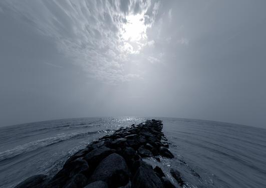 Bølger i havet og en molo