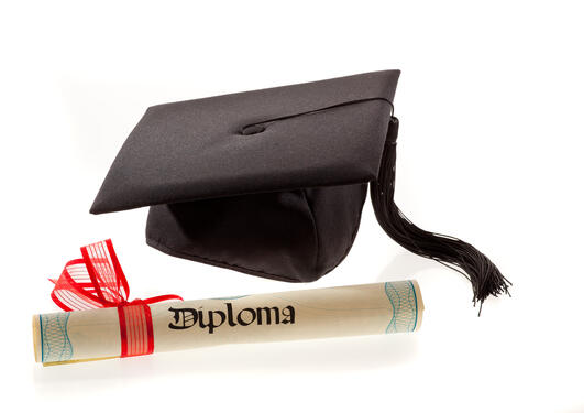 Diplom og lue med snor