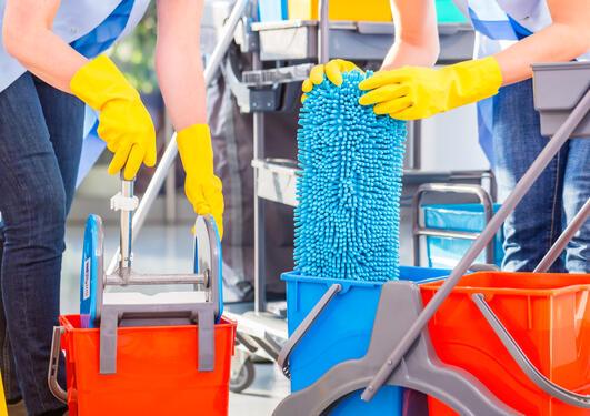 Rengjørere vasker gulv, nærbilde på hender og praktisk arbeid: Brukt som illustrasjon på sak om persontilpasset forebygging.