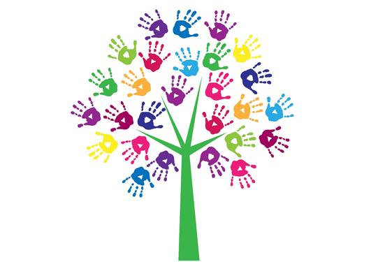 Avtrykk av barnehender som blader rundt et tre.