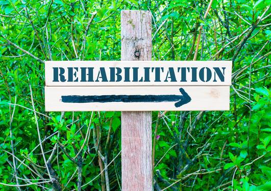 et skilt med Rehabilitation på