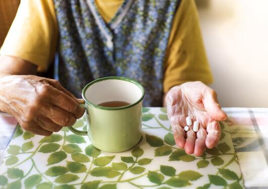 eldre person med medisn