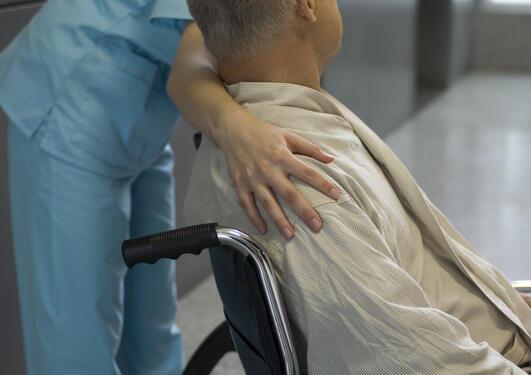 Heklsearbeider med pasient