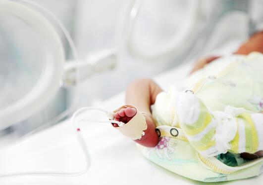 Prematurfødt barn i kuvøse